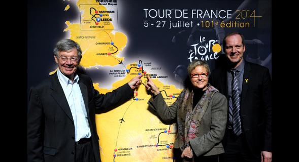 Alain Bernard et Michelle Demessine, aux côtés de Christian Prudhomme, pointent la métropole lilloise mise en valeur.